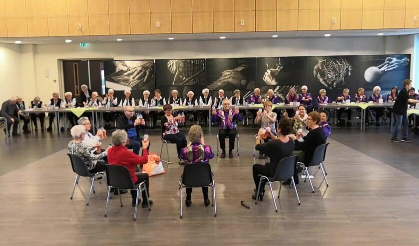 Dansen van uit de stoel op een werelddansdag in Overloon