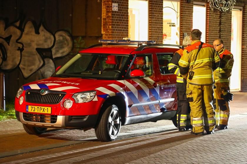 Brandweer en politie opnieuw opgeroepen voor koolmonoxide-melding in pand Kruisstraat. (Foto: Gabor Heeres / Foto Mallo)
