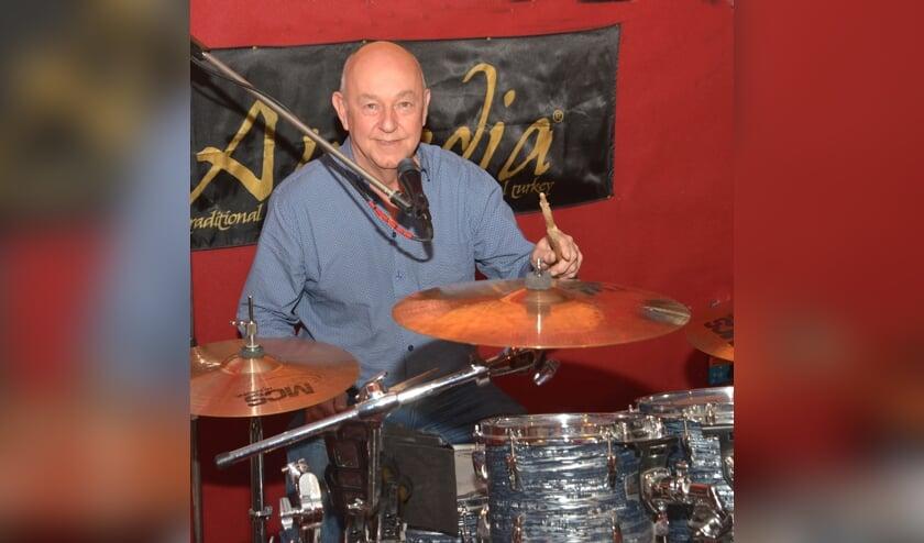 Tonny achter zijn drumstel (foto: Henk Lunenburg)