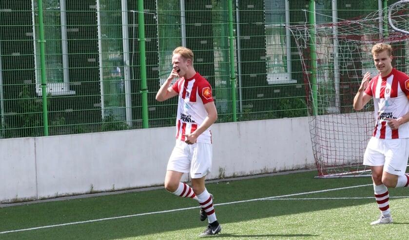 <p>Mees Linders na een doelpunt voor sv TOP. (Foto: Pion Steeg)</p>
