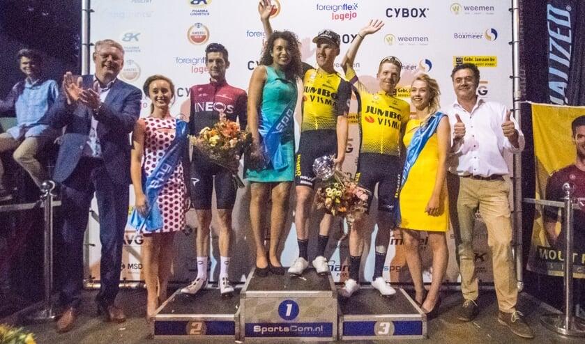 Winnaar Mike Teunissen wordt geflankeerd door Wout Poels (tweede) en Steven Kruijswijk (derde).