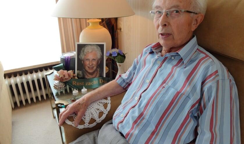 <p>Max bij een foto van zijn vrouw Dora.</p>