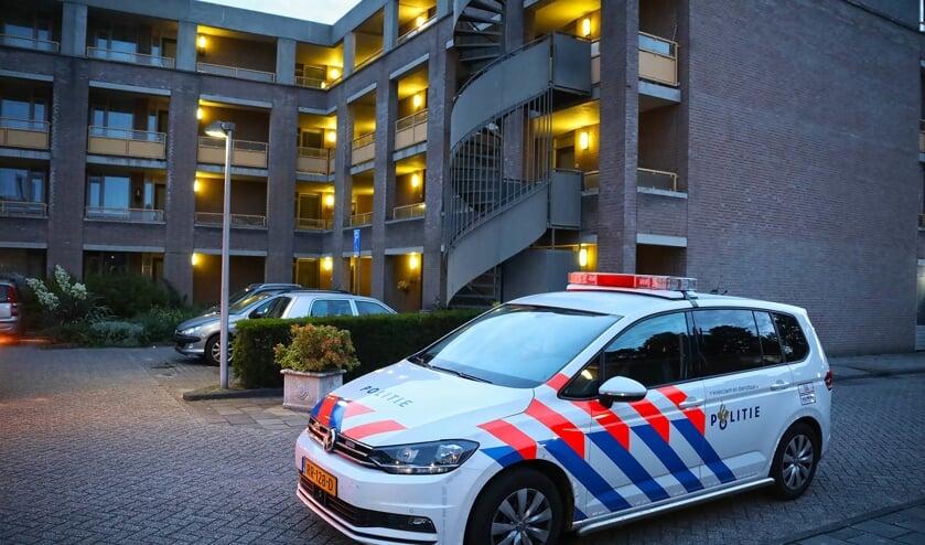Politie bij appartementencomplex Jakob Goldsmidstraat. (Foto: Gabor Heeres / Foto Mallo)