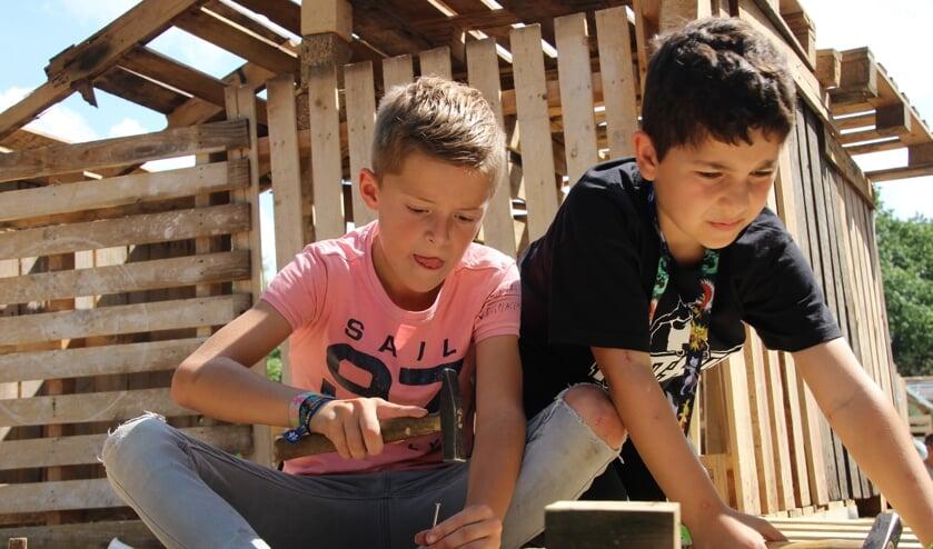 Lars en Christos zijn samen hard aan het werk om het dak te verstevigen.