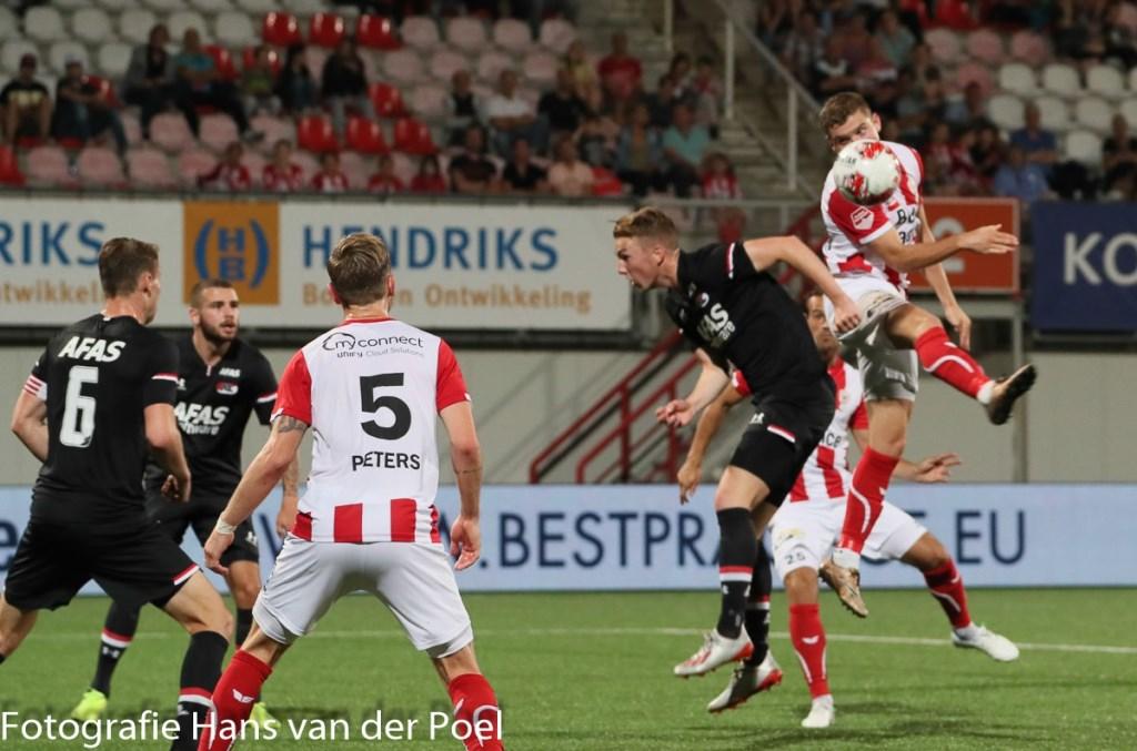 TOP Oss stelt teleur tegen Jong AZ. (Foto: Hans van der Poel)  © Kliknieuws Oss