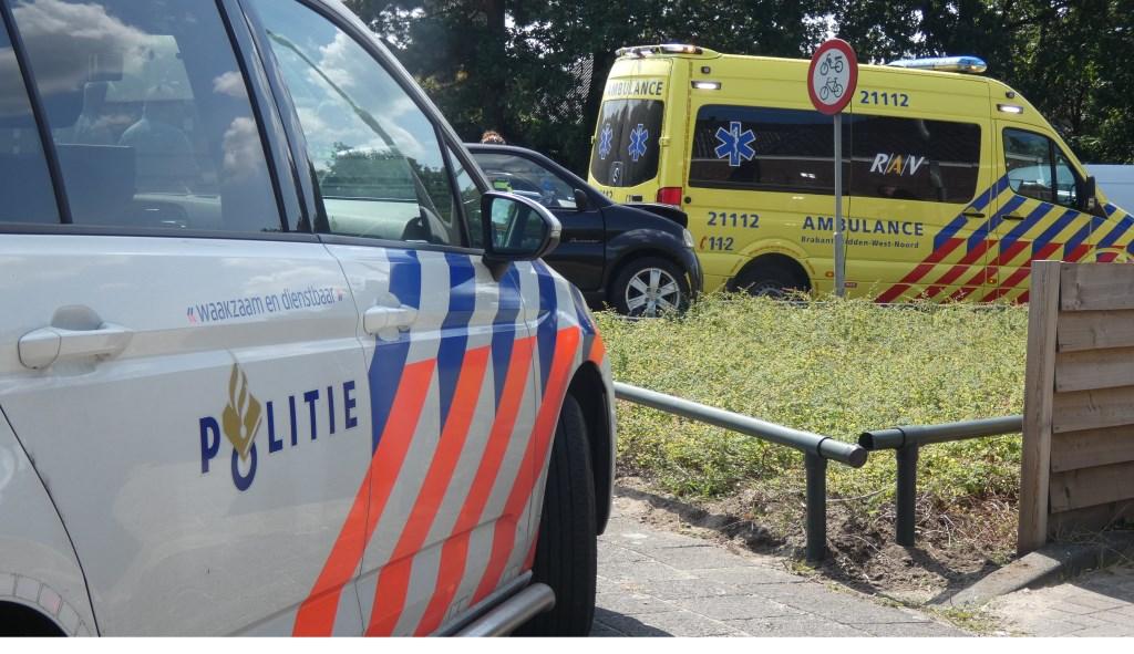 Brommobiel rijdt verkeerslicht en hek omver op Hescheweg. (Foto: Thomas)  © Kliknieuws Oss