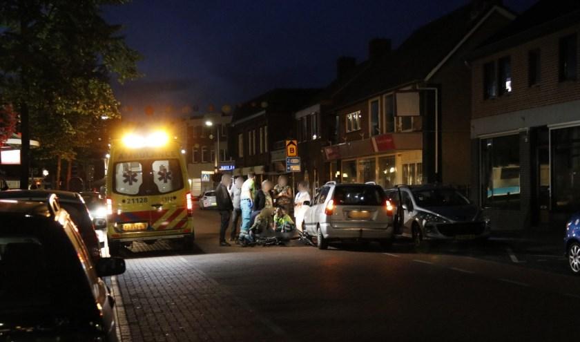 Fietsster komt onder auto op de Spoorstraat in Gennep.