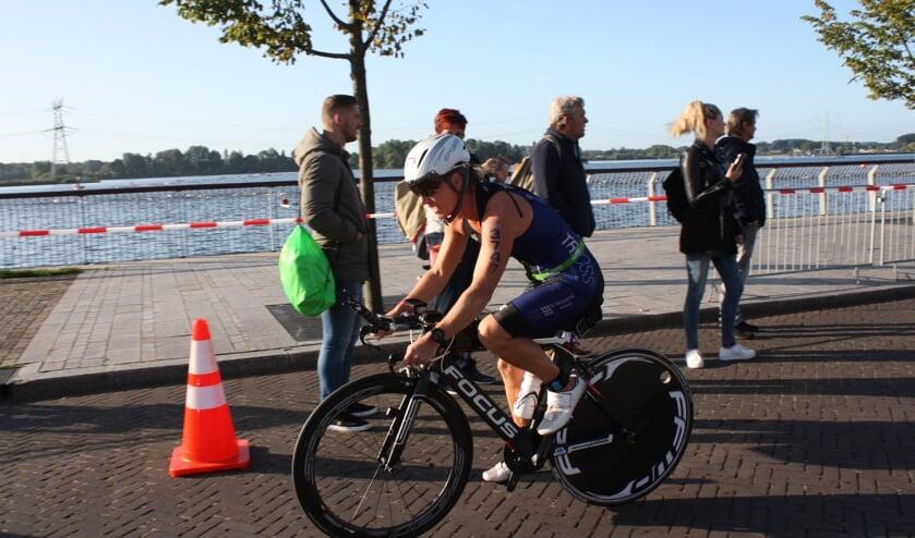 Corina Knijnenburg op de fiets.