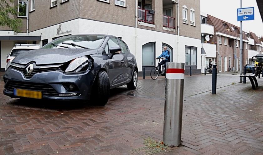 Vrouw rijdt tegen paaltje in Boxmeer, auto onbruikbaar.