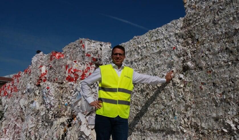Jan Fassbender, directeur van Essity Cuijk, tussen de stapels oud-papier die worden gebruikt in de productie. 'De afgelopen jaren hebben we al flinke stappen gezet.' (tekst en foto: Martijn Schwillens)