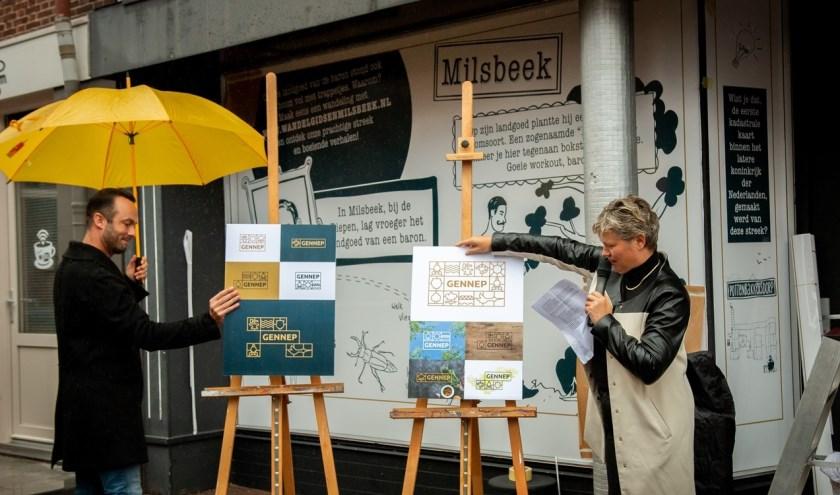 Bart Schouteten (vormgever bij Imagro) en wethouder Janine van Hulsteijn onthullen het toeristische beeldmerk.