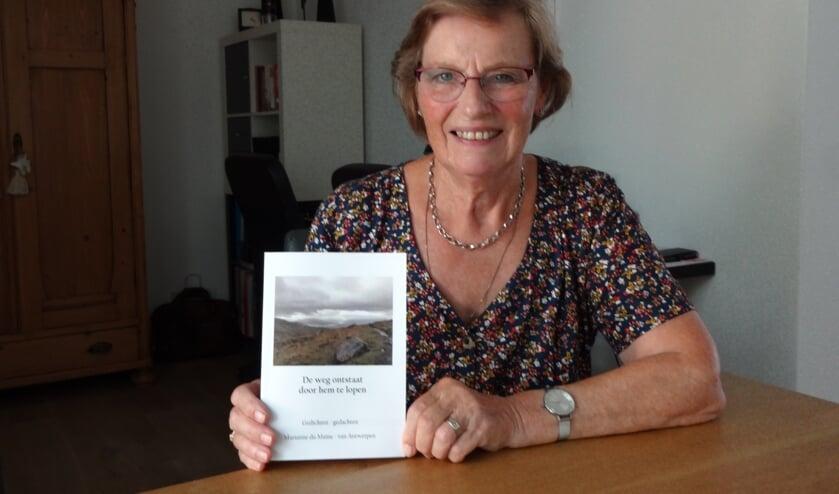 Marianne du Maine met haar nieuwe bundel (foto: Ankh van Burk)