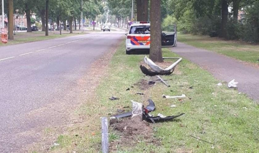 Auto ramt verkeersbord en lantaarnpaal en rijdt door op Gerbrandylaan. (Foto: instagram Wijkagenten Ussen)