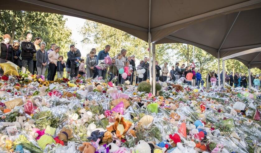 Bloemen bij het herdenkingsveld.