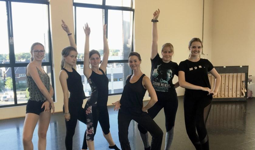 Links: Phoenix Cultuur leerlingen Maud en Nicole. Midden: danseres Annemarie. Rechts: Souplesse leerlingen Isa, Roos en Sarah.