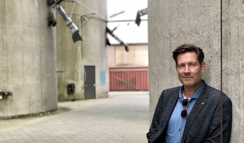 Roy van de Veerdonk op de plek waar hij op zaterdag 12 oktober achter de draaitafels staat.