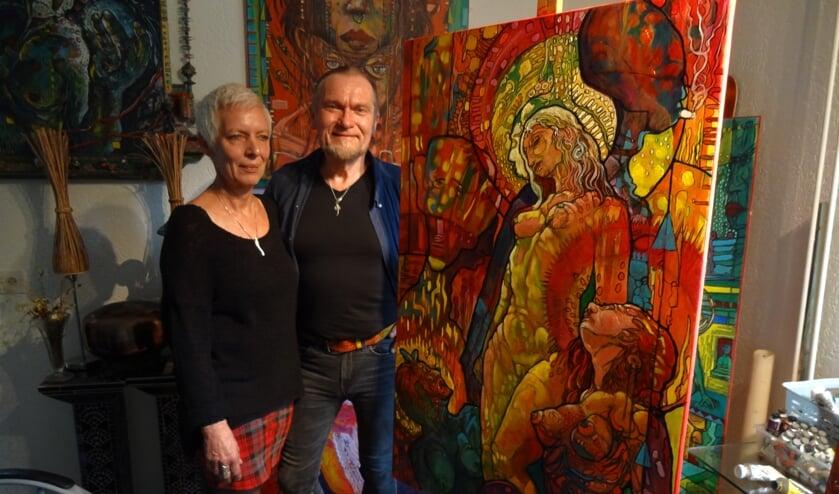 Frans en partner Olda Couwenberg temidden van zijn kunst
