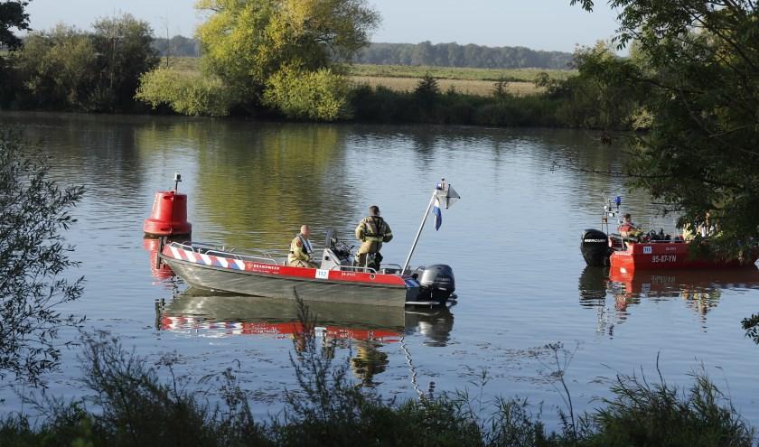 Politie zoekt persoon die mogelijk te water is geraakt in de Maas.