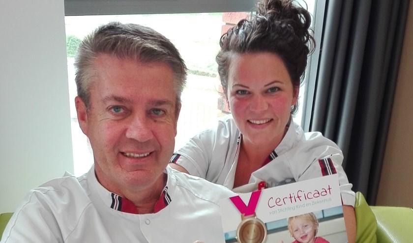 Verpleegkundigen William en Kim met het behaalde Bronzen smiley-certificaat.