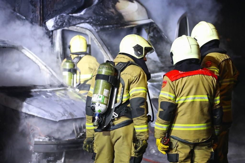 Bestelbussen in brand in Albardastraat. (Foto: Gabor Heeres, Foto Mallo) Foto: Gabor Heeres © 112 Brabantnieuws