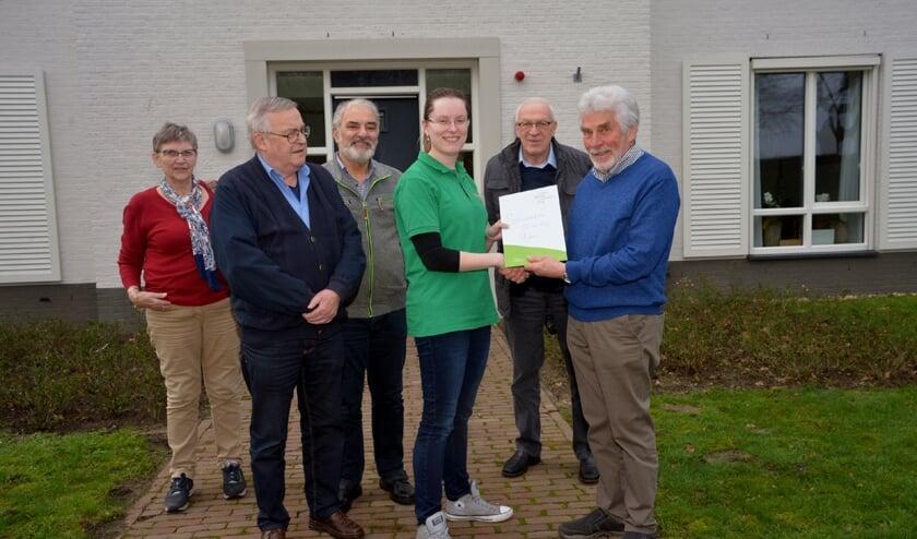Afgelopen maandag werd de cheque overhandigd. (foto: Henk Lunenburg)