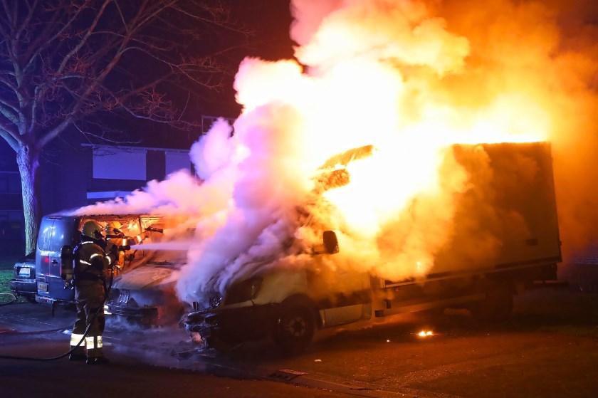 Bestelbussen in brand in Albardastraat. (Foto: Gabor Heeres, Foto Mallo)