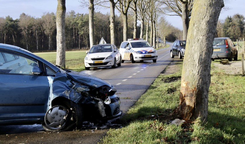 Man botst op boom in Holthees.