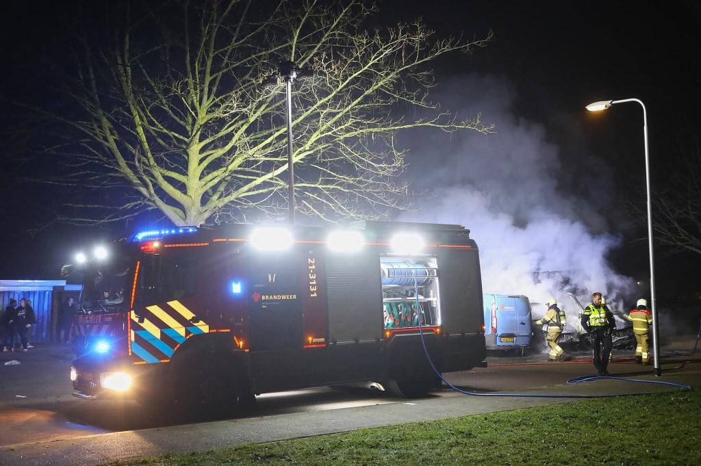 Bestelbussen in brand in Albardastraat. (Foto: Gabor Heeres, Foto Mallo)  © 112 Brabantnieuws