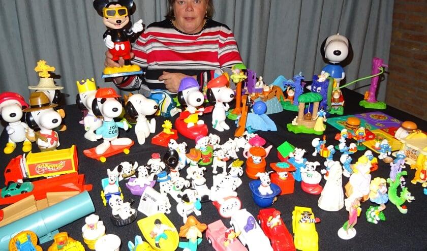 Hannie van Duijnhoven stelt haar Happy Meal speelgoedjes tentoon.