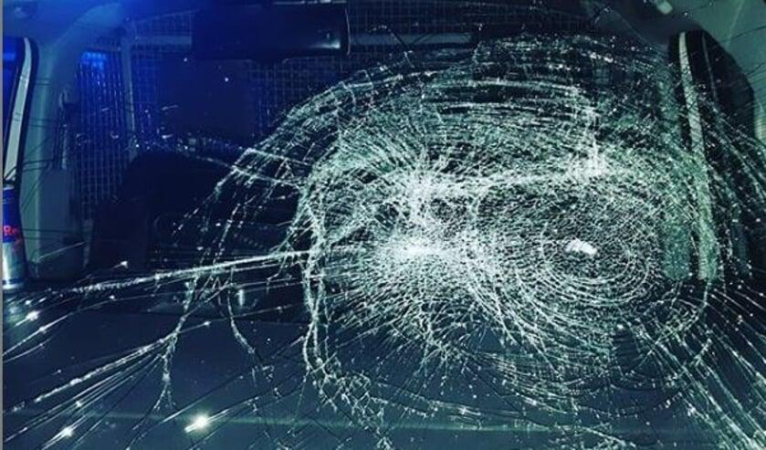 Autoruit van politiewagen in Gennep vernield.