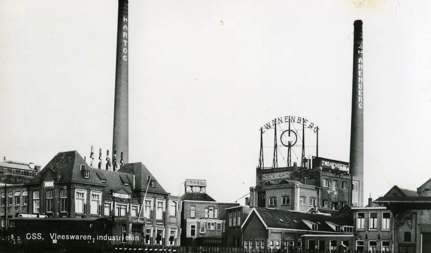 De vleesverwerkende fabrieken van Hartog en Zwanenberg aan de Gasstraat, gezien vanaf station Oss, in 1960.