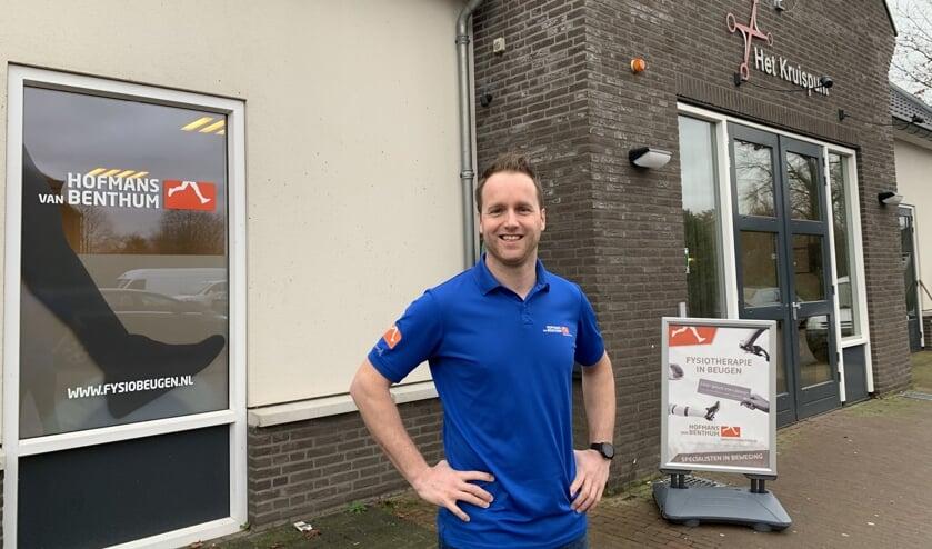 Cas Frederix bij het nieuwe pand van Hofmans van Benthum in Beugen.