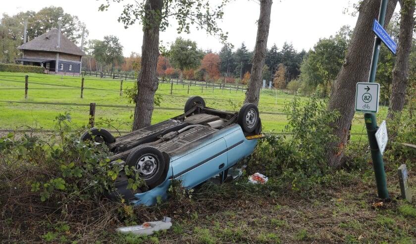 <p>Volgens de politie is ze de macht over het stuur verloren door de grote hoeveelheid bladeren, grind en eikels op de weg.</p>
