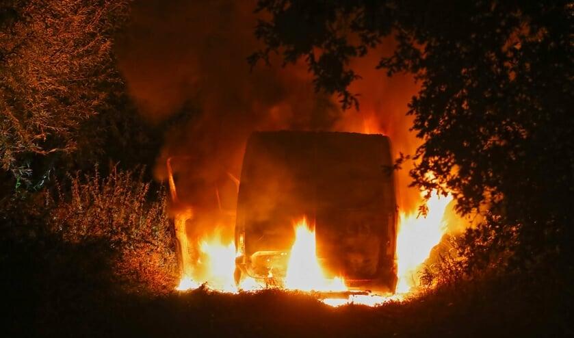 Bestelbus uitgebrand in Mikkeldonkweg, politie doet onderzoek. (Foto: Gabor Heeres, Foto Mallo)