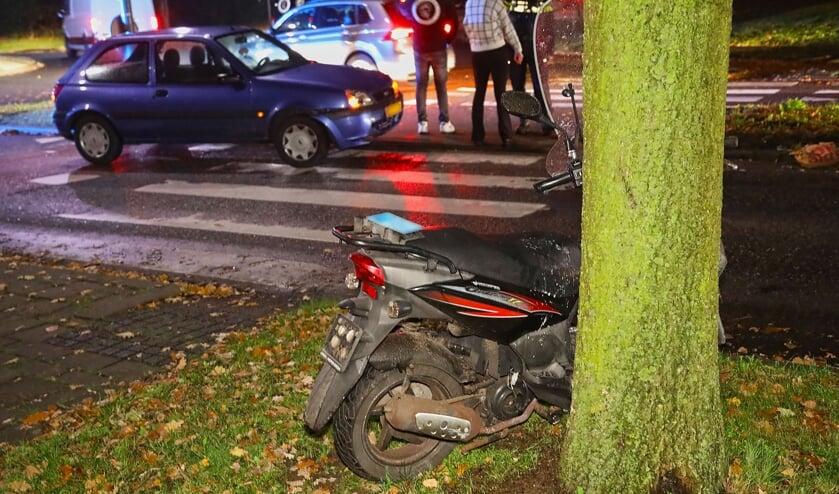 Scooterrijdster lichtgewond bij ongeval op Osse rotonde. (Foto: Gabor Heeres, Foto Mallo)