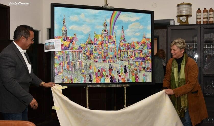 De wethouders Rob Janssen en Janine van Hulsteijn onthullen het werk van de Mé.rt. Dit object wordt op formaat 100 bij 140 centimeter geveild. (Foto: Jan Tomasila)