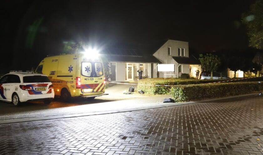 <p>De politie is bezig met een grootschalig onderzoek in de woning en het daarbij gevestigde assurantiekantoor.</p>
