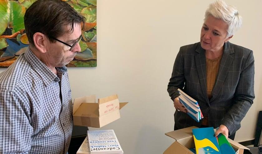 <p>Willy Caspers en Natasja de Groot zijn druk bezig met de laatste voorbereidingen.</p>