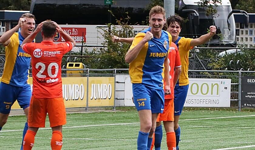 NIels Wouters juicht na zijn tweede treffer naar de 4-0 eindstand.