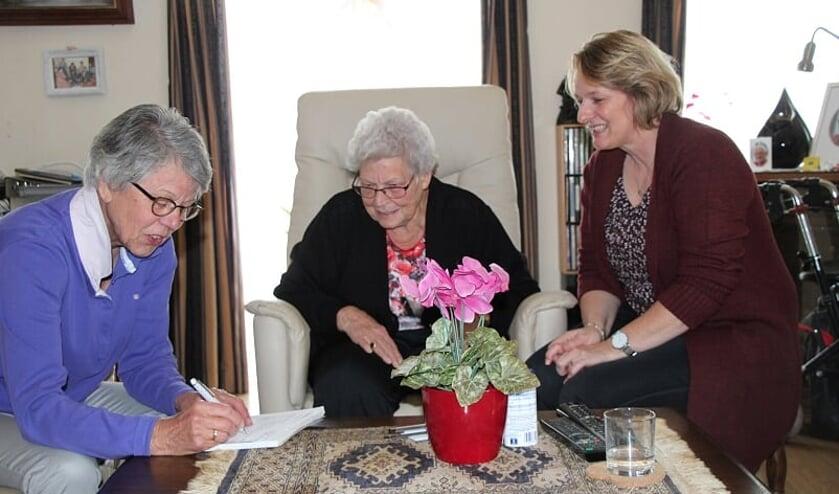 v.l.n.r. Nelly Grutters, mevrouw Canjels en dochter Jolanda.