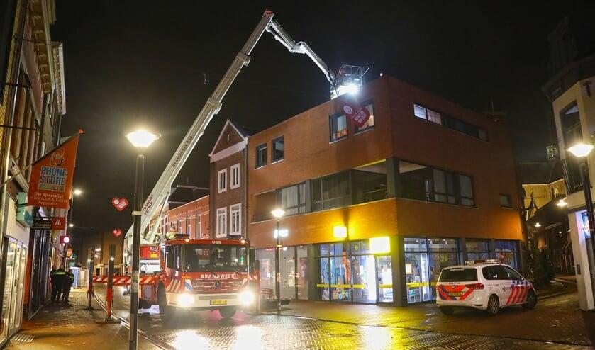 Politie en brandweer in de Heuvelstraat in Oss. (Foto: Gabor Heeres, Foto Mallo)