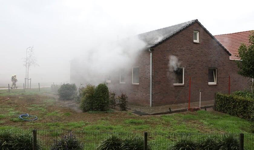Veel rookontwikkeling bij brand in Geffen. (Foto: Gabor Heeres, Foto Mallo)