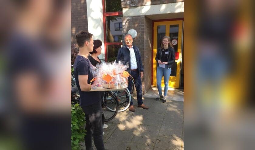 <p>Wethouder Jan Goijaarts samen met een paar vrijwilligers.</p>