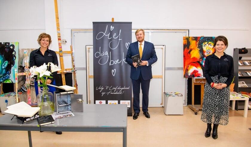 <p>Marike en Simone, initiatiefnemers van het doorgeefdagboek, met Koning Willem-Alexander</p>