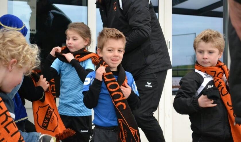 <p>Naast een handjevol pepernoten ontving elke speler van JO7 en JO8 een originele, oranje-zwarte SIOL-sjaal.</p>