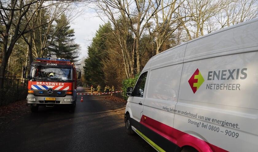Zowel de brandweer als Enexis zijn ter plaatse om de leidingen te repareren.
