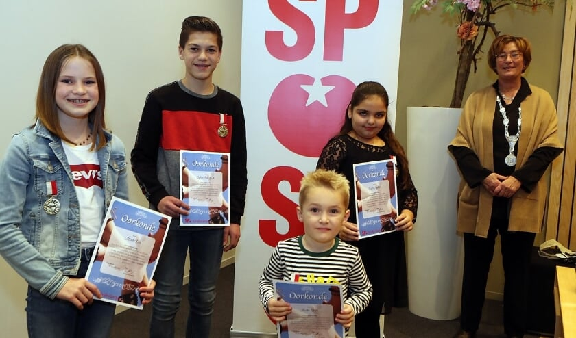 De SP Kinderlintjes werden uitgereikt aan vier kinderen. (Foto: Hans van der Poel)