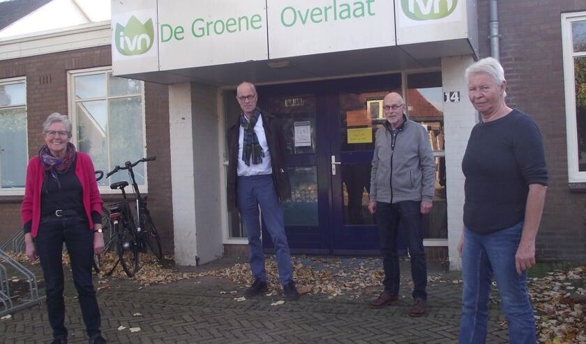 Truus Selten, voorzitter Sjoerd de Boer, Jan van  Haare en Miep Kuppen voor hun IVN afdeling in Beers.