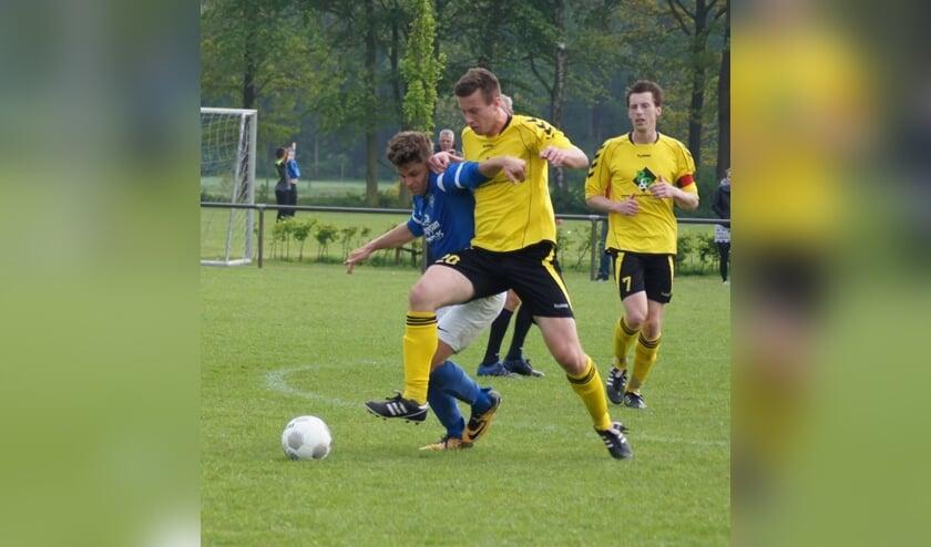 <p>Sander Jonkers in duel tijdens Handel - Boekel Sport</p>