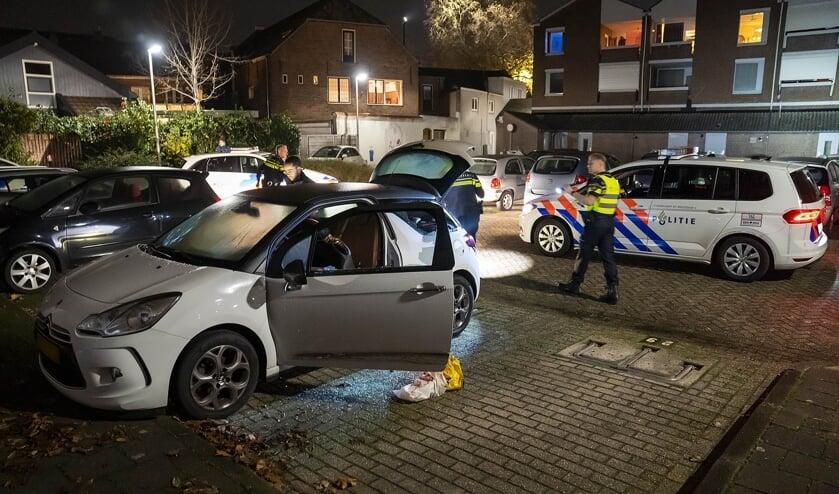 <p>Auto in Osse centrum vernield met zwaar vuurwerk. (Foto: Gabor Heeres, Foto Mallo)</p>